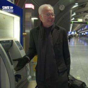 Harald Schmidt vor seinem Lieblingsgeldautomaten der Deutschen Bank / Foto: SWR