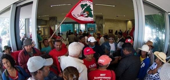 Manifestantes invadiram o prédio do Ministério da Fazenda na madrugada desta quarta, dia 15.