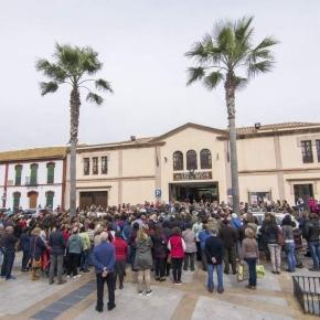 Concentración por el asesinato de una vecina frente al Ayuntamiento de Pilas