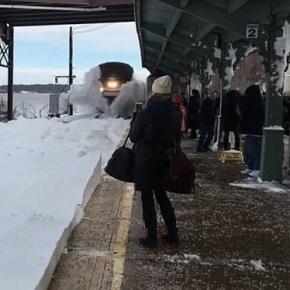 """Intrare """"furtunoasă"""" a unui tren Amtrak într-o stație de cale ferată din New York - Foto: Captură YouTube/Nick Colvin"""