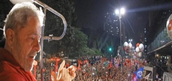 Lula aproveita manifestações para se promover como candidato