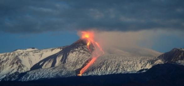 Prosegue l'eruzione dell'Etna dopo la calma notturna