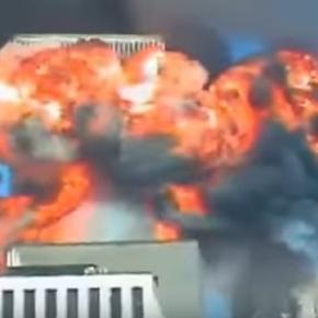 Na imagem é possível ver o momento em que o primeiro avião terrorista colidiu com uma das torres do prédio.