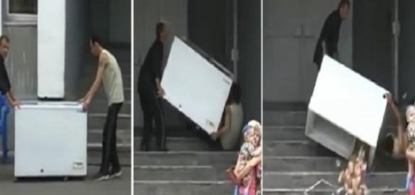 Homem destrói freezer após cair com ele em escada durante uma mudança
