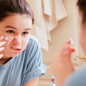 I teenagers italiani non si piacciono: boom di make-up e sport.