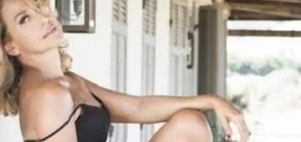 Barbara D'Urso pubblica una foto, i fan l'attaccano con commenti negativi.