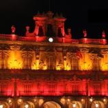 Plaza Mayor de Salamanca con la bandera de España proyectada en su fachada.