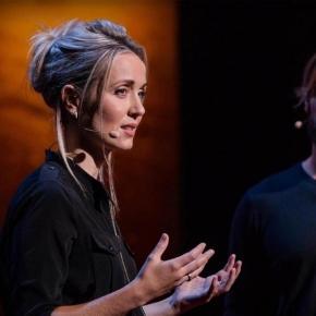 Thordis Elva e Tom Stranger em uma de suas palestras
