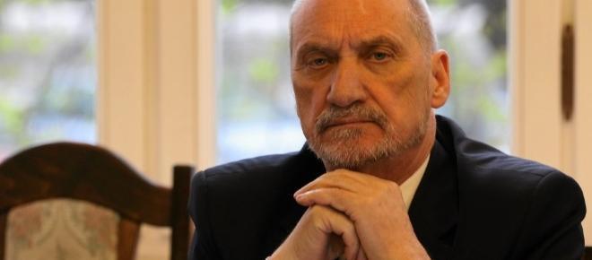 Duda uderza w Macierewicza - czy atak na Tuska uchroni szefa MON przed dymisją?