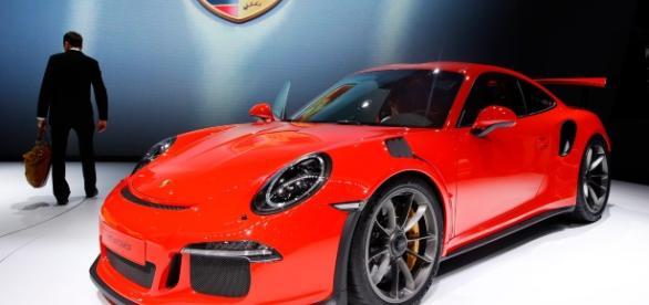 Fascinaţia maşinilor de lux: câştig uriaş pentru producători