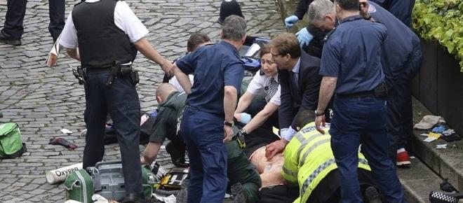 Deputado britânico foi o primeiro a socorrer o polícia esfaqueado em Londres