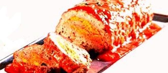Delicioso rocambole de frango recheado com cobertura agridoce