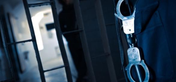 Os reclusos mais perigosos andam sempre com dois guardas e todas as suas acções são monitorizadas