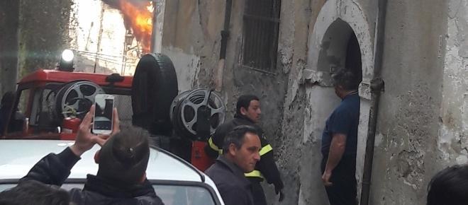 Incendio devasta alcuni appartamenti del centro storico di Cosenza