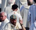 Papa Francesco a Milano, don Luca Raimondi fa le corna