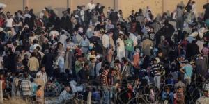 Migranti al confine con l'Ungheria.
