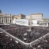 Foto de la plaza del Vaticano llena