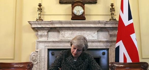 La premier britannica Theresa May firma la richiesta ufficiale di lasciare l'Ue.