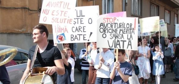 """""""Marşul pentru Viaţă"""" a fost susținut de peste 4.000 de oameni în București"""