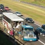 Ônibus bateu na traseira de um caminhão