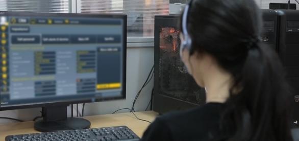 Una giovane impegnata in un'attività lavorativa
