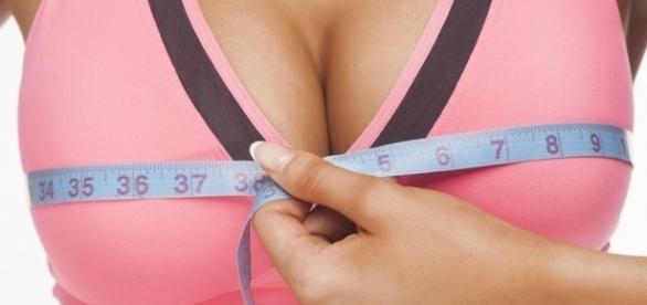 Seios muito grandes podem causar sérios problemas de saúde