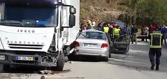 Automóvel, com lotação em excesso, colidiu com pesado de mercadorias