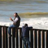 Video muestra el arresto de un padre y el llanto de su hija ... - telemundo.com