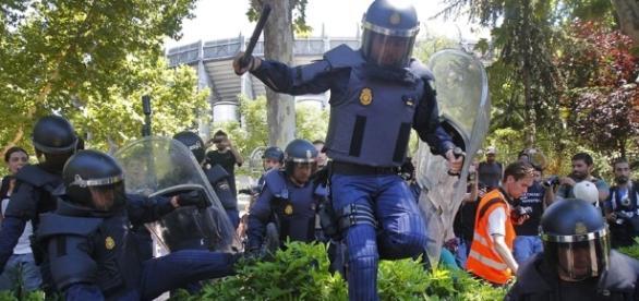La police visée par des pétards et des tirs de mortier – Le Chat ... - wordpress.com
