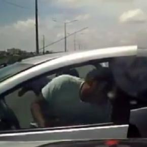 Policiais perseguem bandidos e conseguem prender os criminosos.
