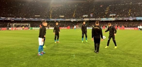 Jogadores do Napoli treinando antes do jogo