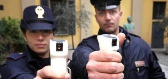 Spray al peperoncino usati dalla Polizia italiana.