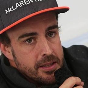 Fernando Alonso respondiendo a la prensa