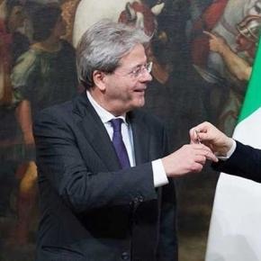Il passaggio della campanella da Matteo Renzi a Paolo Gentiloni