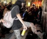 Protestantes tumbado el vallado de la catedral