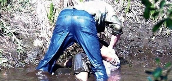 Homem foi gravado a mergulhar a cabeça da mulher na lama do rio