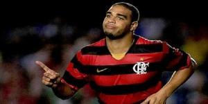 """Adriano """"Imperador"""" no auge final de sua carreira, jogando pelo Flamengo. (Fonte: Reprodução/Google)"""