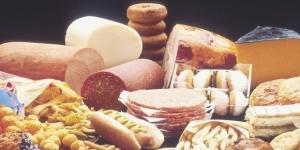 Gli alimenti come carne processata, dolci e fritture hanno un'azione infiammatoria e aumentano il rischio della demenza.