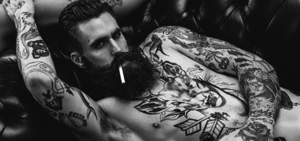 Coisas que as mulheres pensam sobre homens tatuados