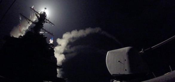USS Porter lançando míssil Tomahawk contra a Síria a partir do Mediterrâneo