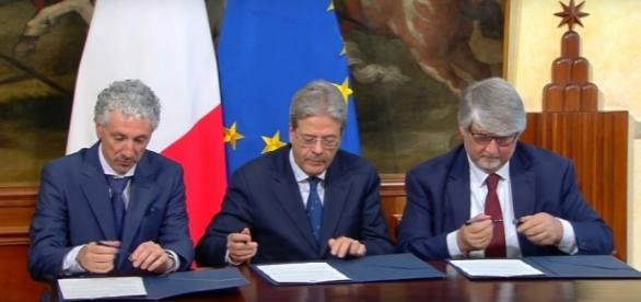 Un momento della firma del Memorandum sul Reddito d'inclusione