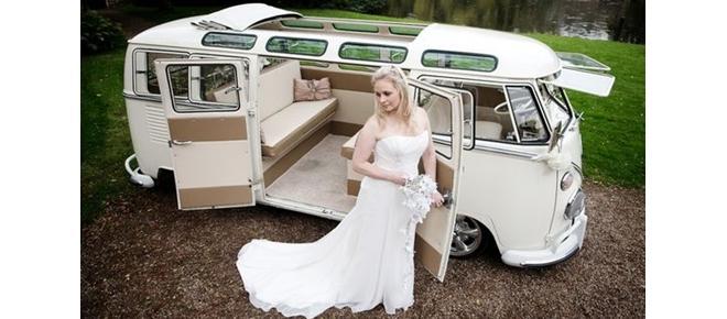Chegar de Kombi no casamento vira tendência entre noivos descolados