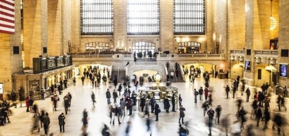 La folla in movimento in un luogo pubblico