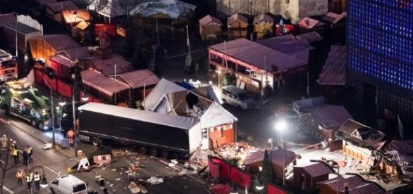 Anschlag in Berlin: Lastwagen rast in Weihnachtsmarkt - Politik ... - augsburger-allgemeine.de