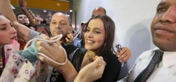Emilly foi recebida por uma multidão de fãs no Aeroporto Salgado Filho