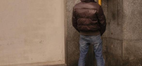 Genova, urina sul muro: multa di diecimila euro