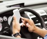 Arriva il ritiro della patente per l'uso del cellulare alla guida.