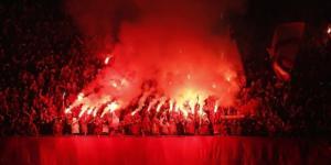 Des Ultras en action pendant un match de football