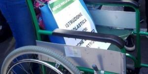 La carrozzina vuota, simbolo dei disabili invisibili, che la Regione Sicilia di Crocetta non assiste decorosamente
