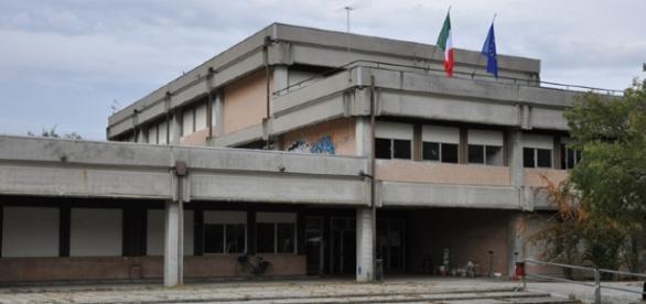 Carpi, due bus contro scuola 'Meucci': per il sindaco è un atto criminale